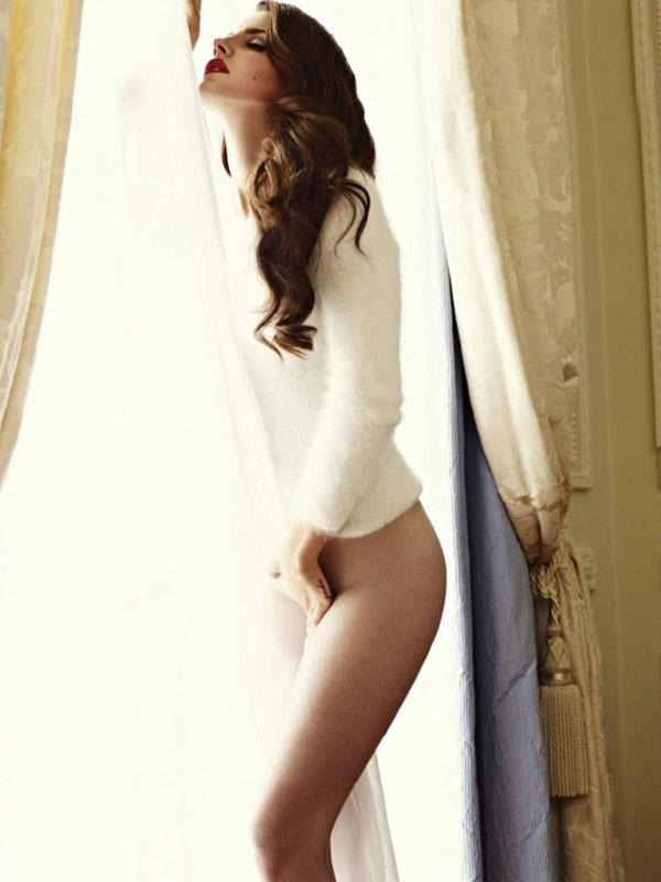 Del Rey'in fotoğraf çekimini eleştirenler ise; 'Sonunda çıplak poz da verdi. Bu onun dibe vurduğunun kanıtı' yorumunda bulundular.