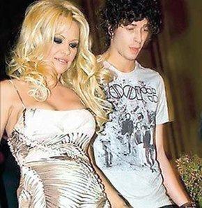 """Sahil Güvenlik dizisinin yıldızı Pamela Anderson geçen ay """"Uzun bir süre erkeklerle işim olmaz, en az kasıma kadar hayatıma kimseyi sokmamaya yemin ettim"""" dedi. """"Yıldızlarla Dans"""" programında yer alan 45 yaşındaki seksi oyuncu önceki akşam 23 yaşındaki İngiliz şarkıcı Julian Perretta'yla sarmaş dolaş görüntülendi."""