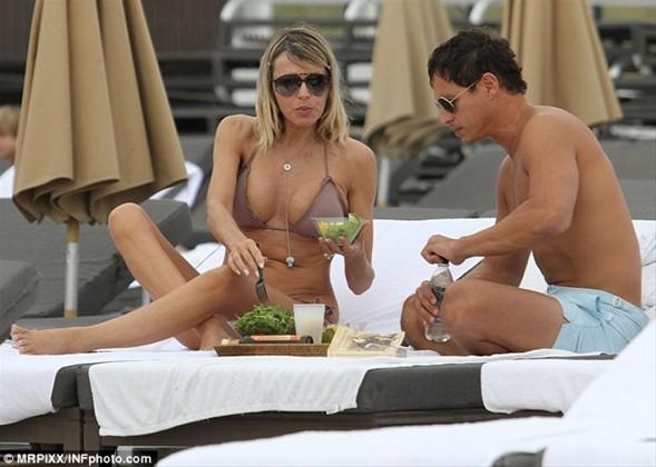 51 yaşındaki ünlü oyuncu Rita Rusic sevgilisiyle birlikte Miami plajında böyle görüntülendi. Rusic yaşına rağmen kusursuz vücuduyla büyük ilgi çekiyor.