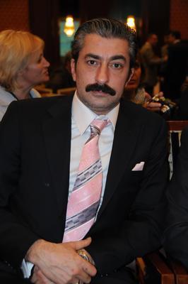 Öyle Bir Geçer Zaman ki'nin Ali Kaptan'ı Erkan Petekkaya aslen Diyarbakırlı.