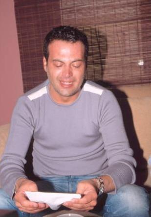 Hakan Peker ile yaklaşık 2 yıl aşk yaşayan Sinem Meriç, Boğaziçi Üniversitesi'nin Etiler'deki Süperdorm Öğrenci Yurdu'nda bilgisayar kablosuyla intihar ederek hayatına son verdi. Sevgilisinin ölümüyle sarsılan sanatçı, göz yaşlarına boğuldu.