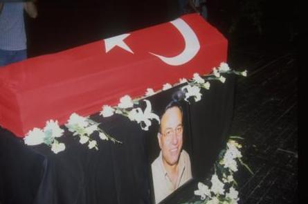 Usta komedyen 2000 yılında Ali Özgentürk'ün yapımcılığını üstlendiği Balalayka filminde rol alacaktı.Fakat beklenen olmadı. Uçaktan hiç hoşlanmayan ve uzun yıllar boyu binmeyen Kemal Sunal, çekimler için arkadaşlarıyla birlikte Trabzon'a gitmek üzere bindiği uçakta kalp krizi geçirerek 56 yaşında vefat etti.