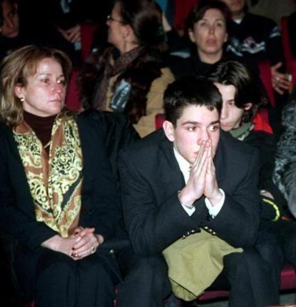 Ünlü sanatçı Moda'daki evinde bir arkadaşıyla telefonda görüştüğü sırada geçirdiği kalp krizi sonucu hayata veda etti. Acı haber başta sanatçının ailesi olmak üzere tüm Türkiye'de şok etkisi yarattı.