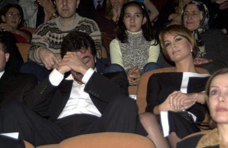 Sanat dünyasından bir çok ismi biraraya getiren cenaze töreninde Kerem Alışık gözyaşlarına hakim olamadı.
