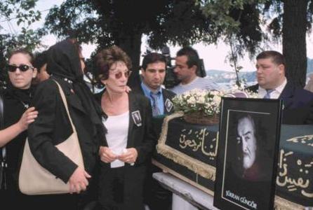 Türk tiyatro ve sinema dünyasının usta aktörü Şükran Güngör, yakalandığı amansız hastalık nedeniyle tedavi gördüğü Amerikan Hastanesi'nde 76 yaşında yaşama veda etti.