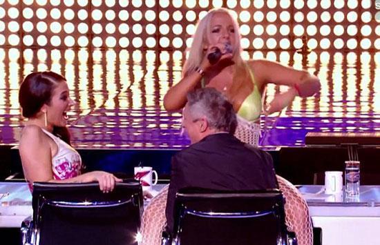 Lorna Bliss şarkısını söylerken öyle cüretkar hareketlerde bulundu ki, jüri üyeleri hayretler içerisinde kaldı. Bliss dans ederken elbisesinin yırtıldığını bile farketmedi.