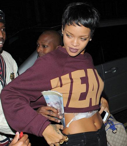 Rihanna İsis dövmesini Temmuz ayında kaybettiği büyükannesine ithafen yaptırdığını belirtti.