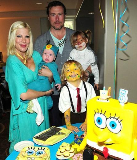 Dean McDermott ile evli olan Spelling'in Liam, Stella ve 5 aylık Hattie adlı üç çocuğu bulunuyor.   Spelling en küçük çocuğunu beş ay önce dünyaya getirmişti.