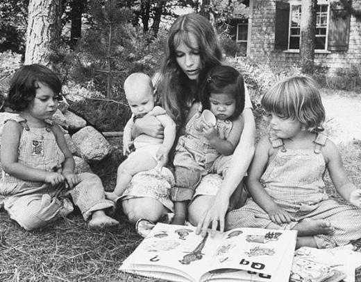 Farrow; Woody Allen ile birlikteliği sırasında da 1 biyolojik çocuk sahibi oldu. Çift iki çocuğu da evlat edindi...Farrow, Allen'dan ayrıldıktan sonra 6 çocuk daha evlat edindi.  Sözün kısası Farrow tam 14 çocuğun annesi.