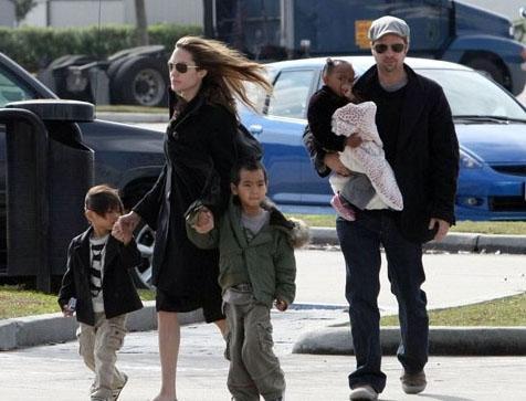 ANGELINA JOLIE- BRAD PITT Hollywood sakinleri çocuk konusunda yerli ünlülerden daha ileride. Tek ya da iki çocuk onlara yetmiyor.