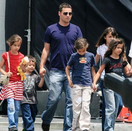 JUSTIN CHAMBERS  Gray's anatomy'nin oyuncularından Justin Chambers beş çocuk babası.
