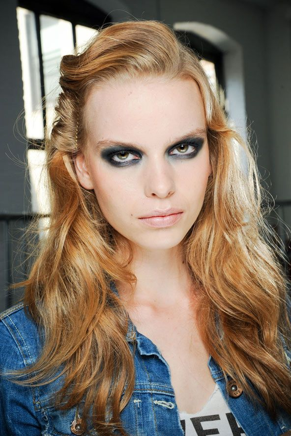 Birçok renk tonunu bir arada kullanmak için; açık zencefil kızlı tonlarında bukleler ekleyip, saçlarınızı kabartarak daha tarz bir saç yapabilirsiniz.