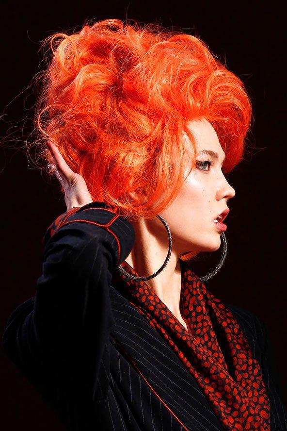 Böyle bir kızıl-turuncu saçı uygulamaya emin olmak için hazır değil misiniz? O zaman peruk sizin en yakın arkadaşınız olabilir.