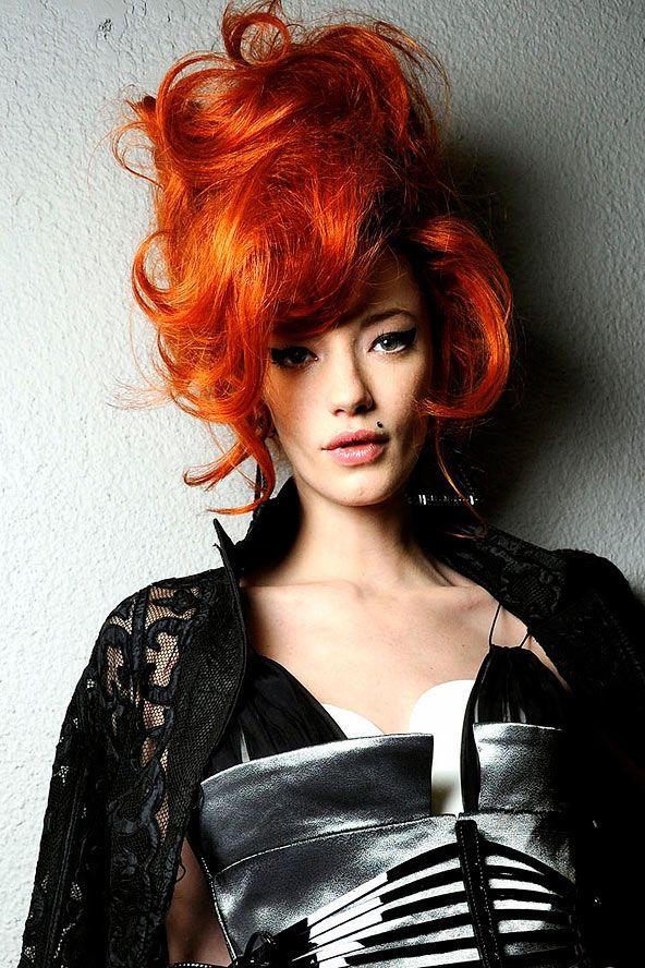 Bu capcanlı turuncu bukleler ile dünyayı ateşe bile verebilirsiniz. Siz bu saçı deneyin, cesaret vermesi bizden.