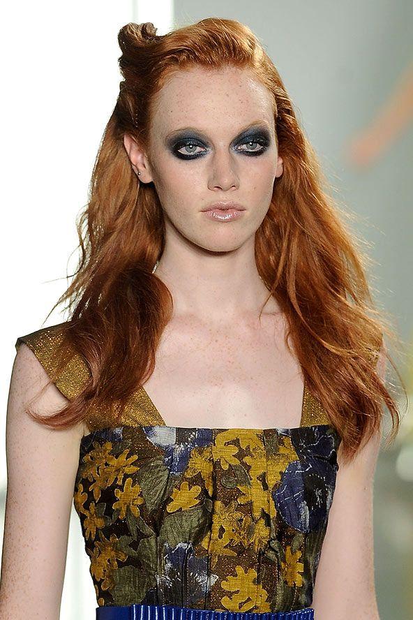 Düz zencefil kızıl buklelerinizi yoğun bir göz makyajı ile tamamlayarak tanrıça gibi görünebilirsiniz.