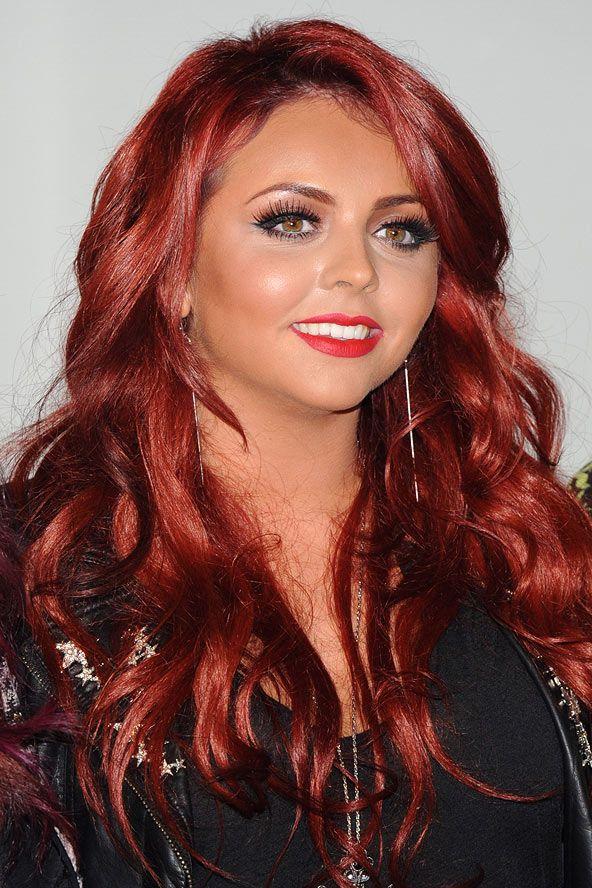 Little Mix grubunun elemanlarından Jessy Nelson saçlarının arasına ultra-seksi ve hacimli kırmızı tonlar ekleyip bunları iri dalgalarla birleştirerek muhteşem bir görünüm elde etmiş.