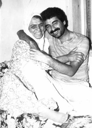 LEYLA TATLI Türk müziğinin güçlü seslerinden İbrahim Tatlıses'de bir çok kez annesi ile objektif karşısına geçti.
