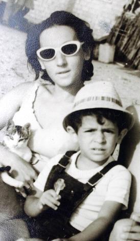 AYLA GÖRGÜN Ayla Hanım'ın oğlu yaptığı başarılı programlar ile anılan ünlü bir şovmen.