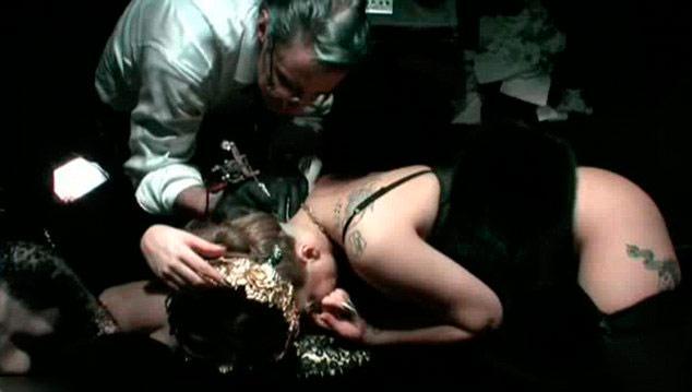 Artık şarkılarından çok, çılgınlıkları ile tanınan Lady Gaga, kendi parfümünün tanıtımında hiç beklenmeyen bir şey yaptı.