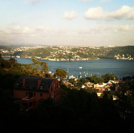 Yeni evinin balkonundan görünen manzara böyle.