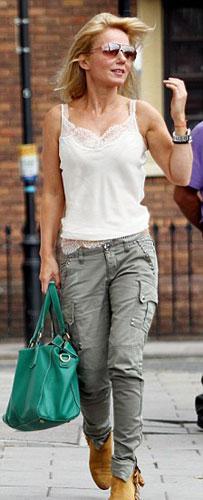 Spice Girls üyelerinden Geri Halliwell, Londra'da arabasına binerken yanlış kıyafet seçiminin kurbanı oldu.