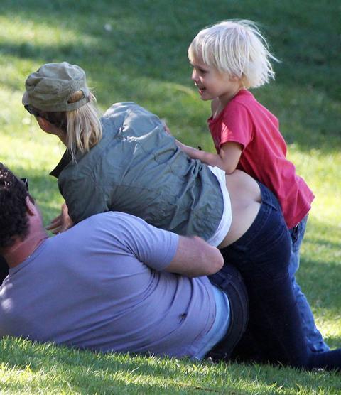 Ünlü oyuncu Naomi Watts, parkta ailesiyle vakit geçirirken düşük bel pantolonunun azizliğini fark etmedi. Fakat uzaktan izleyen paparazzilerin flaşları ardı ardına patladı.