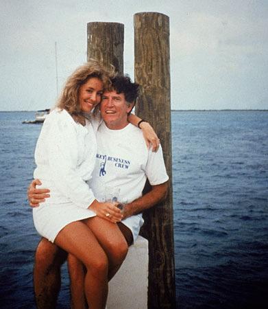 1987 de Senatör Gary Hart ''Yalan Dolan''isimli teknede kucağında model sevgilisi Donna Rice ile görüntülenince başkan adaylığını geriye çekti.