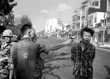 Şubat 1968. Güney Vietnam Polis Şefi Nguyen Ngoc Loan, Viet Kong'lu olduğundan şüphelendiği genci öldürürken...   General Loan'ın ölümünden sonra Time dergisi, son sayısında, bu dehşet karesini bir kez daha yayınladı ve foto muhabiri Eddie Adams'ın duygularına yer verdi. 'Bir adamın diğerini vurduğu bir fotoğrafla 1969'da Pulitzer Ödülü'nü kazandım. O fotoğraftaki iki kişi öldü, kurşunu yiyen ve General Nguyen Ngoc Loan. General, Vietkonglu'yu öldürdü; generali de fotoğraf makinemle ben öldürdüm.  'O sıcak günde, orada, o generalin yerinde olsaydınız, bir, iki, üç Amerikalı'yı havaya uçurmuş kötü adamı yakalamış olsaydınız, siz ne yapardınız?' Bu fotoğraf generalin yaşamını gerçekten alt üst etti. Asla beni suçlamadı. Fotoğrafı ben çekmeseydim bir başkasının çekeceğini söyledi. Bununla birlikte general ve ailesine karşı mahçubum.