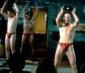 Bu da sürpriz. Peter Cattaneo'nun yönettiği The Full Monty (Anadan Doğma) filminde striptizciler hem erkek hem de biraz komikti.