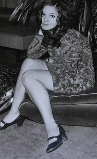 1952 Eskişehir doğumlu oyuncu 1968 yılında Ses dergisinin açtığı bir yarışmada üçüncü oldu ve sinemaya adım attı.