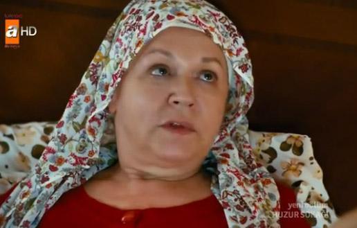 O dizide zengin bir evin iyi kalpli hizmetlisi olarak kamera karşısına geçiyor Karanfil.