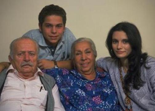 Türkiye'nin en uzun soluklu TV dizisi olan BİzimkileR'de rol almaya başladığında 12 yaşındaydı. Ama; o zamana kadar da Ali Poyrazoğlu Tiyatrosu ve İstanul Şehir Tiyatrosu'nda sahne deneyimi yaşamıştı