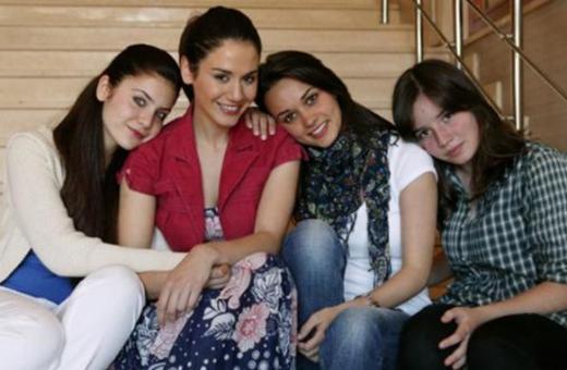Rol aldığı dizi yıllarca devam eden ve bu arada herkesin gözü önünde büyüyen oyunculardan biri de Elit İşcen. (en sağda)