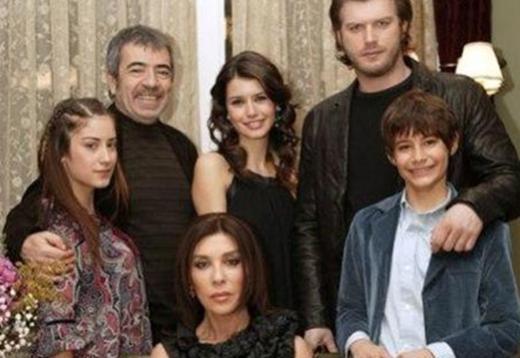 Dizide Adnan Bey'in oğlu Bülent'i oynuyordu.