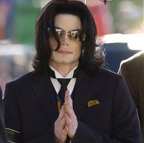 Popun Kralı olarak bilinen Michael Jackson'ın küçük çocuklarla seks ilişkisine girdiği yönündeki iki ayrı şikayet üzerine patlayan sıkandal, bir anda Michael'ın hayatını kabusa çevirdi. Mahkeme Michael'ı beraat ettirse de halkın kafasından soru işaretleri silinmemişti.