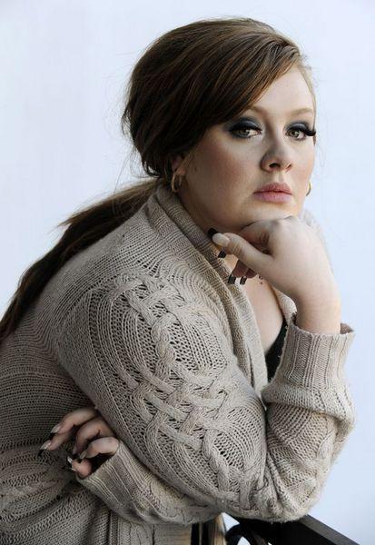 Dergide yer alan görüntülerde genç şarkıcının yüzünün net bir şekilde görülmesi dikkat çekti. Public, kasedin sızmasının Adele'in eski erkek arkadaşının intikamı olduğunu belirtti. Paparazzi Elfassi ise bir akıllı telefon aracılığıyla çekilen videoyu kısa süre içinde internet sitesinde yayınlayacağını açıkladı.