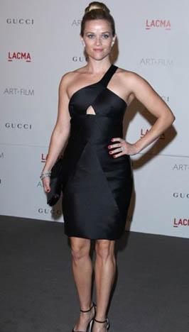 Reese Witherspoon elbiseleri içinde kusursuz görünüyor.