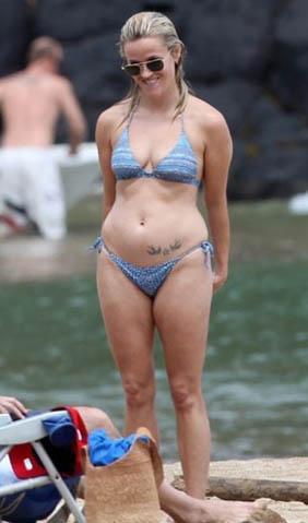 Ama bikinisini giydiği zaman aslında sanıldığı kadar da kusursuz olmadığı ortaya çıkıyor. Bu arada her iki karenin de Witherspoon'un hamileliğinden önce çekildiğini hatırlatmakta fayda var.