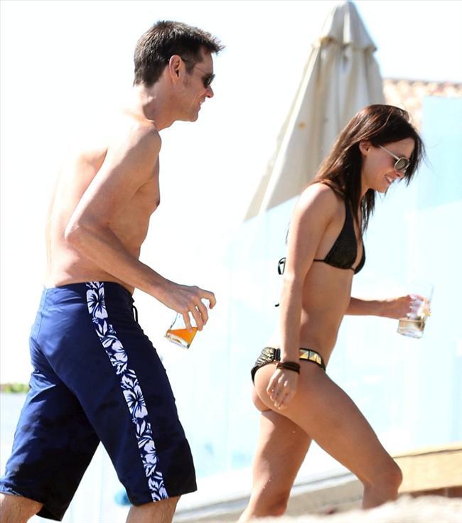 Jim Carrey genç sevgilisiyle tatilde - 2