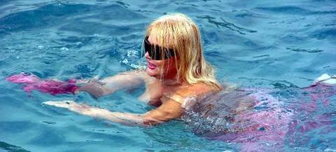 BANU ALKAN: Banu Alkan da üstsüz bir şekilde havuza girince kameralara yakalanmıştı.
