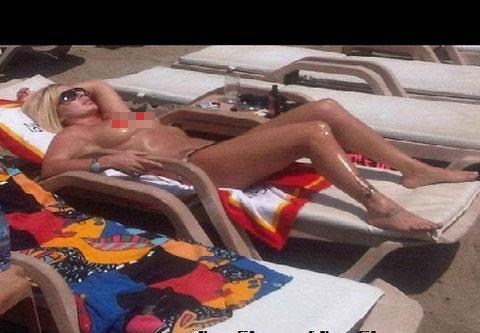 BERNA ARICI: Şarkıcı Berna Arıcı, bikinisinin üzerini çıkarıp sereserpe yatarken görüntülendi.