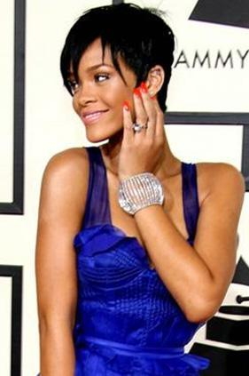 """Rivers da ona şu şekilde cevap verdi: """"Rihanna tatlım, herkes biliyor: Eğer seni bir kez dövdüyse, bir daha döver. İstatistikleri oku. Not: Seni Fashion Police programında görmek isterim!"""