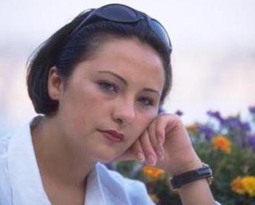 HER ŞEY DERGİYE VERDİĞİ POZLARLA BAŞLADI Takvimler 23 Temmuz 1995 tarihini gösteriyordu... Kız kardeşi Sinem, annesi Ersin Sakartay ve bir arkadaşıyla birlikte Kumkapı'da yemek yiyen Zeynep Uludağ, o gece hayatının bambaşka bir yöne gideceğinin farkında bile değildi.