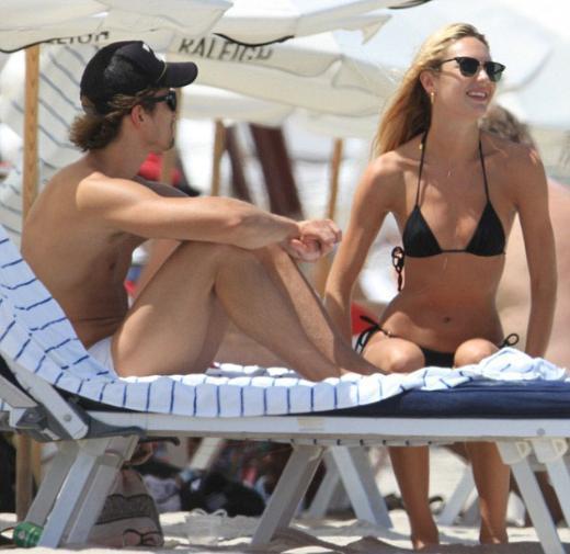 İLK AŞKIYLA TATİLDE Moda dünyasının son dönemdeki en gözde mankenlerinden 23 yaşındaki Candice Swanepoel, uzun süredir birlikte olduğu Hermann Nicoli ile Miami'de aşk tazeliyor.