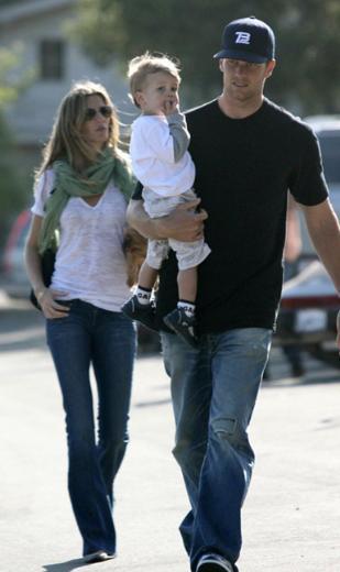 Brady'nin önceki ilişkisinden olan oğluna da annelik yapan Bundchen bir süre önce kendi oğlu Benjamin'i kucağına aldı.