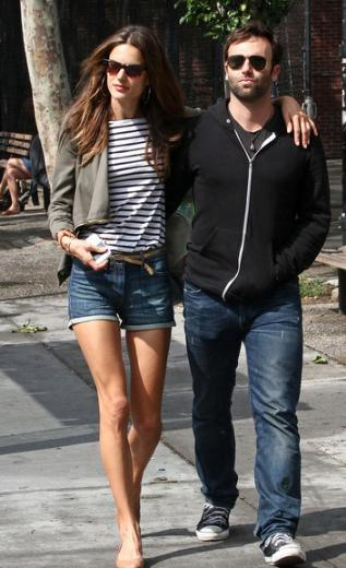 Alesandra Ambrossio, bir süredir Jamie Mazur ile nişanlı.