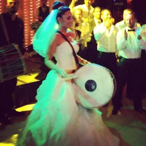 SEDA GÜVEN  Artık düğünlerde gelin kendi çalar kendi oynar! Kendin pişir kendin ye gibi :)