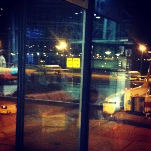 HANDE YENER  Havaalanı...