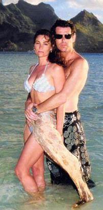 DÜNYANIN EN YAKIŞIKLI ERKEKLERİNDEN BİRİYLE EVLİ  Keely Shaye Smith, dünyanın en yakışıklı erkeklerinden birinin yani sinemanın James Bond'larından Pierce Brosnan'ın karısı..