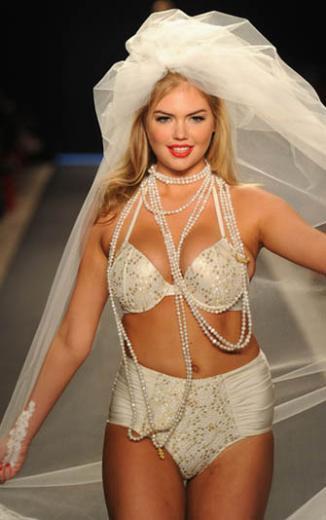 Kate Upton, geçtiğimiz aylarda moda dünyasında da fazla kilolu olduğ gerekçesiyle eleştirilmişti.